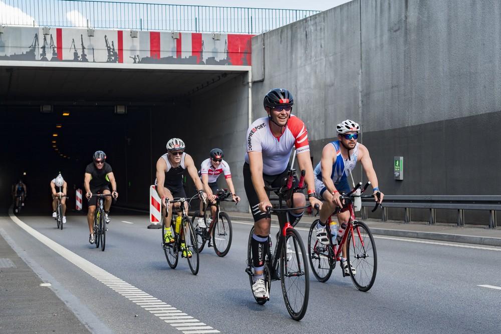 Zawodnicy na rowerach wyjeżdżający ztunelu pod Martwą Wisłą